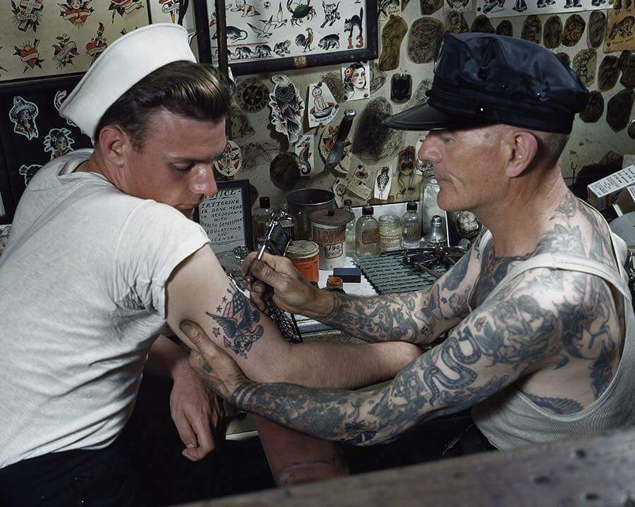 uomo tatuato attrae