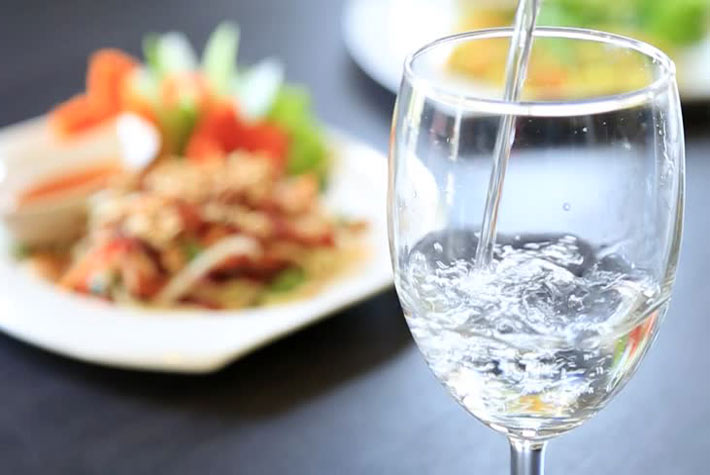 Bere acqua durante pasti