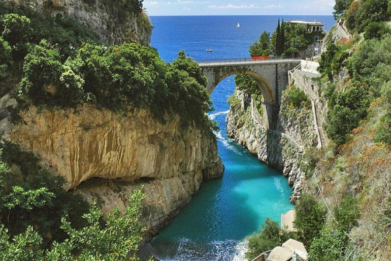 Posti italiani ricordano altri mondo